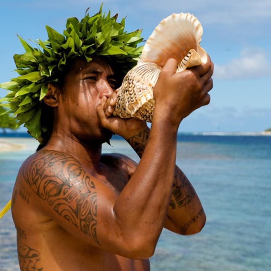 Tahiti_Blowing_Shell